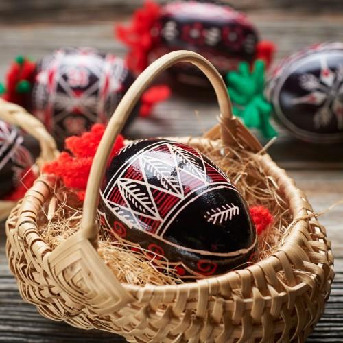 Belokranjska pisanica v pleteni košarici (gosje jajce)